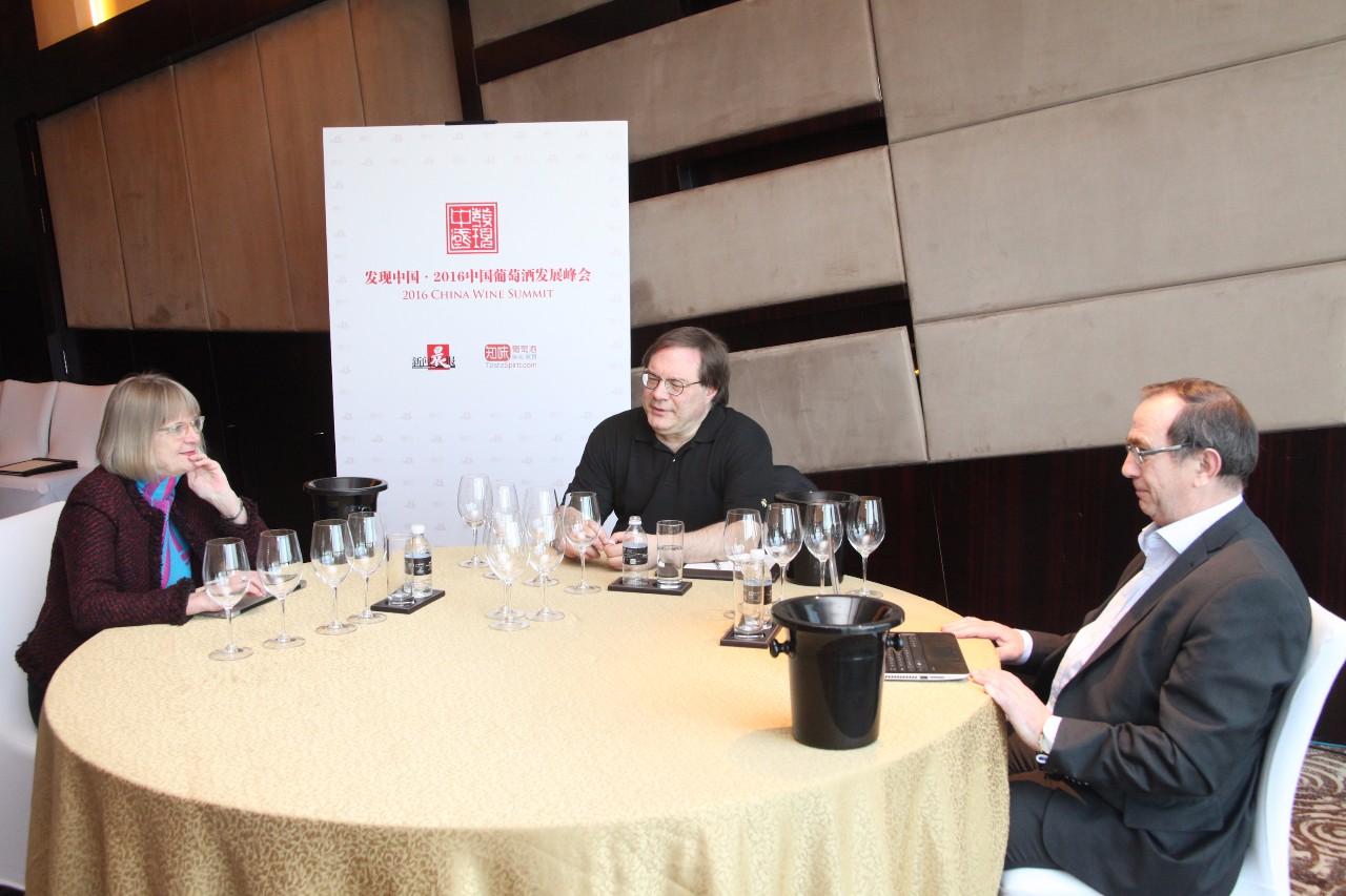 杰西斯·罗宾逊(Jancis Robinson)与贝尔纳·布尔奇(Bernard Burtschy),伊安·达加塔(Ian D'Agata)一起品评中国葡萄酒