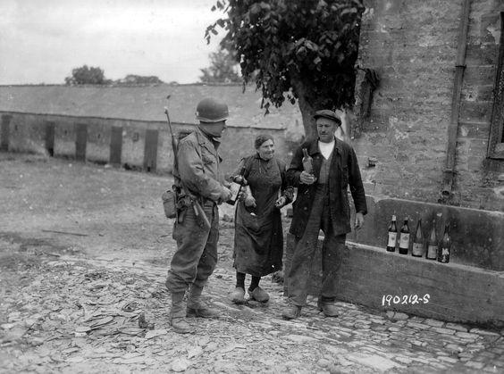 诺曼底登陆后,一对法国的年迈夫妻给盟军战士送来葡萄酒以示感谢……看样子,应该是老爷子的系列收藏,而且他貌似打算先给美国大兵上堂品鉴课……