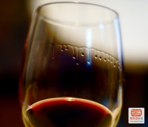 酒杯上的液滴,被称作挂杯,酒脚(legs)或者酒泪(tears),图片来源:fuckyeahfluiddynamics