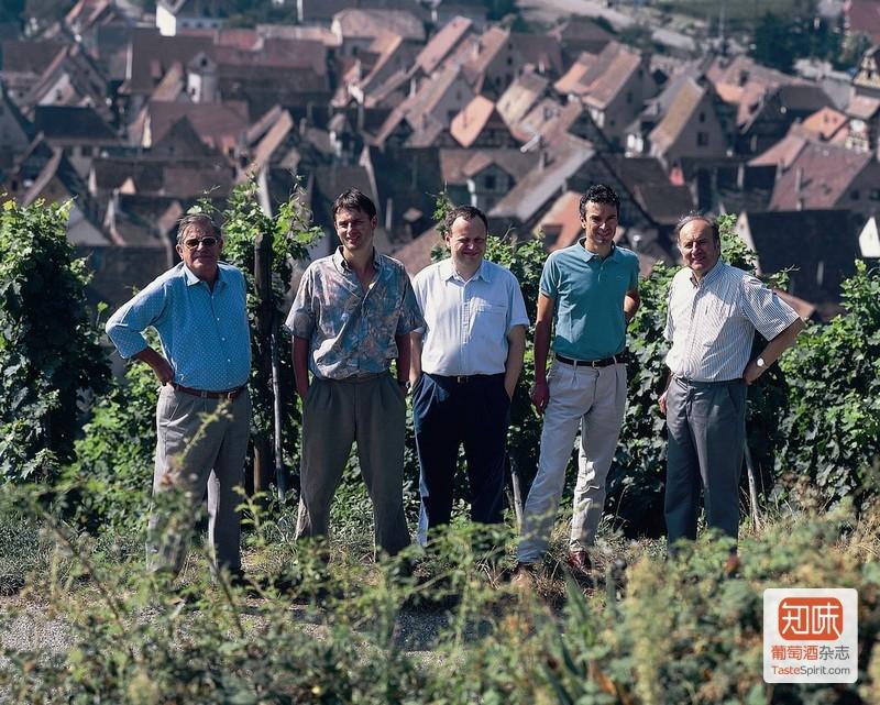 雨果一家站在Schoenenbourg特级园葡萄园中