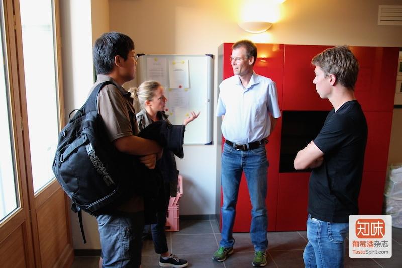 范陆文教授与今年招来参与研究工作的实习生们,杨靳一(左一)是历年来第一位在白马酒庄参与研究实习的中国人。图片来源:凌子