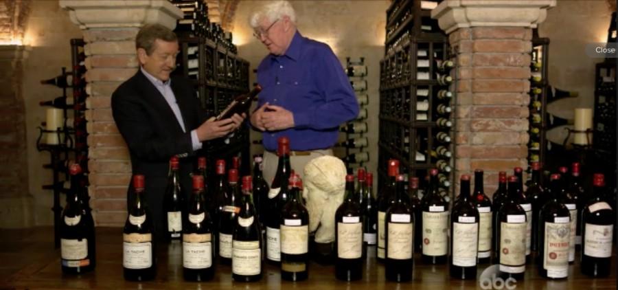 科克先生向记者展示一批他购买的各种假酒