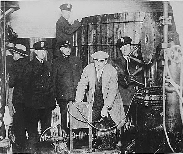 联邦探员查封私酿酒坊,照片中从装瓶机到发酵罐,一应俱全。
