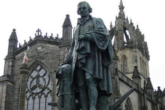 亚当斯密位于爱丁堡的塑像,背后即为圣·吉尔斯大教堂,图片来源:Wikimedia