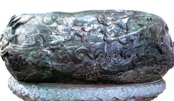 元代酒具-渎山大玉海:整体为黑质白章玉料,重3.5吨,也是中国现存最早的特大型玉雕