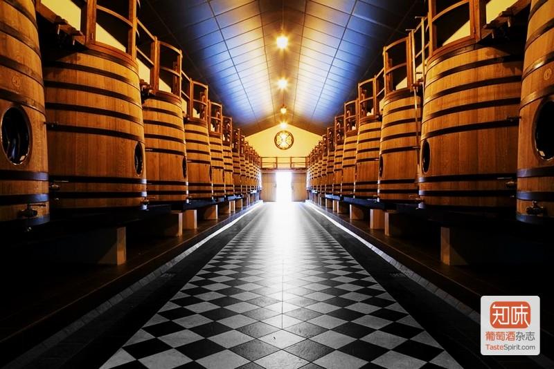 波尔多的克莱蒙教皇堡(Chateau Pape-Clement)的橡木桶发酵间