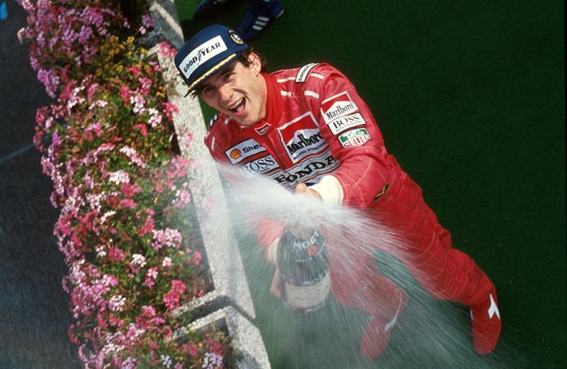 赛车手撒香槟庆祝比赛的胜利