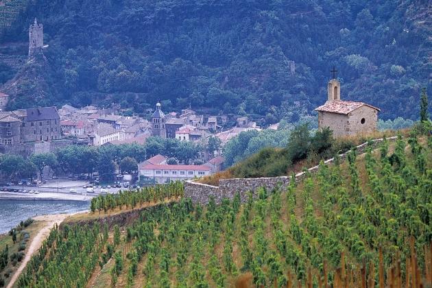 伫立在埃米塔日丘顶,俯瞰整个产区的小教堂,图片来源:westcoastwine.net