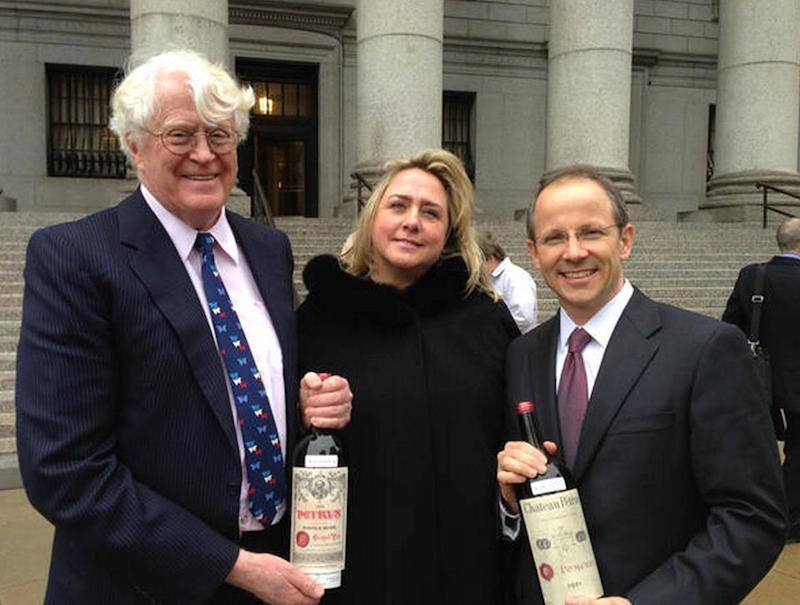 比尔·科克(左)和葡萄酒鉴定专家莫琳·唐妮(中)以及Koch的首席律师举着买来的假酒合影。这场诉Eric Greenberg的诉讼中Koch在莫琳·唐妮的鉴定帮助下终于胜诉。图片来源Drinking Wine @facebook
