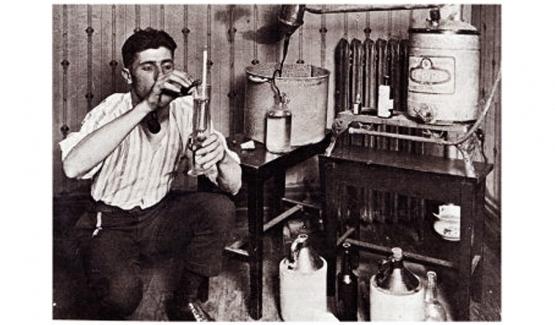 一个迷你罐装作坊,工作人员正在用密度计检查酒是否合格
