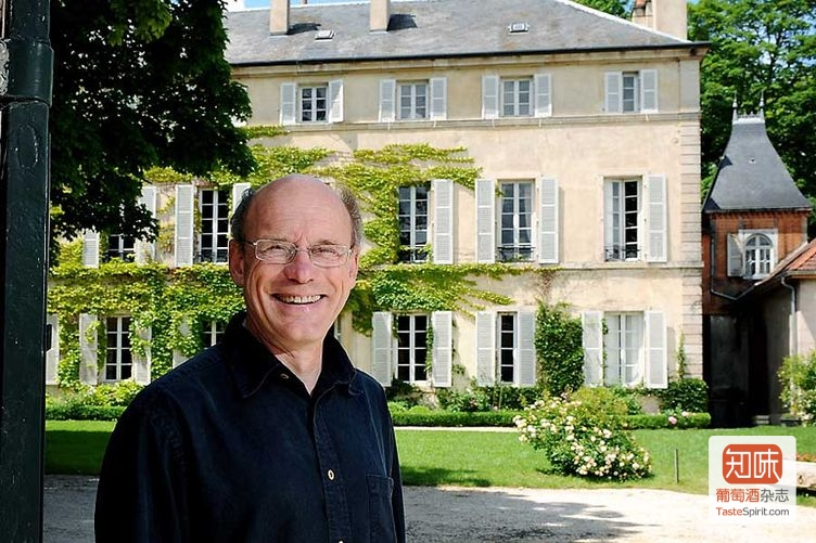 雅克-弗列德里克·穆尼耶在他的酒庄前,图片来源:lefrancbuveur