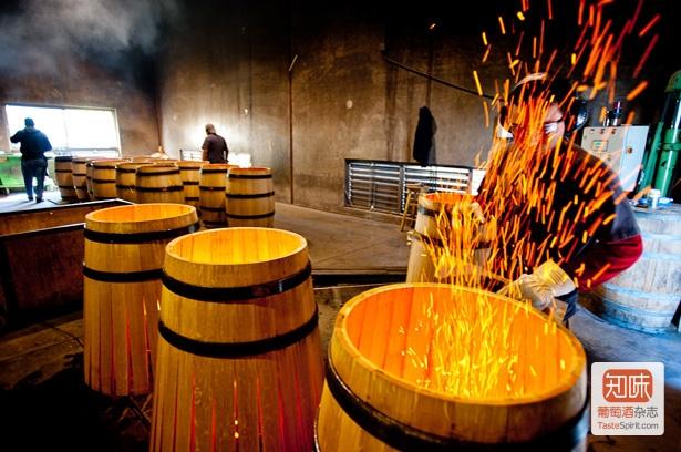 橡木桶的制作过程中会经过烘焙,来源:tastefultimesindy.com