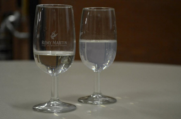 左边一杯为没有兑水的生命之水(Eaux de vie),右边是兑过水的,图片来源:陈微然
