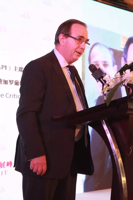 贝尔纳·布尔奇(Bernard Burtschy)大师在峰会论坛上发言