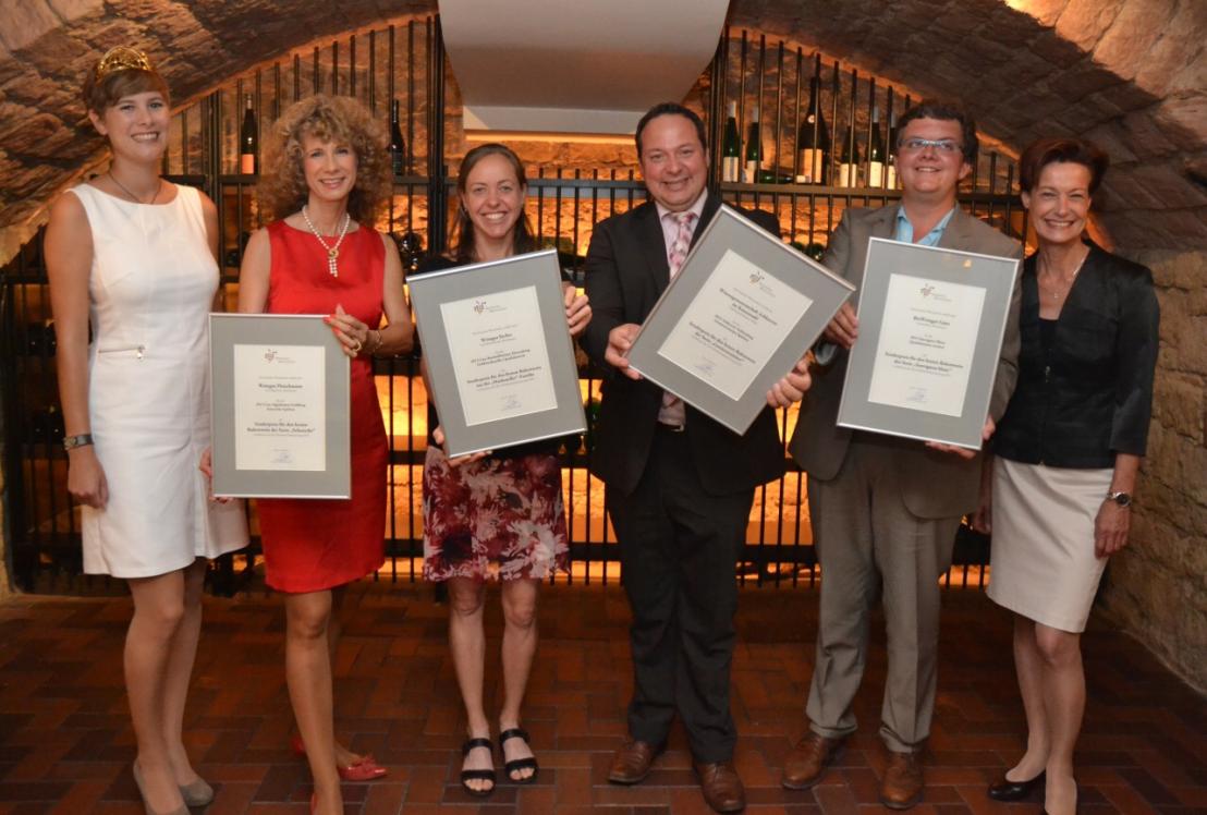 Fleischmann的庄主Stephanie Fleischmann(左二)出席颁奖,颁奖嘉宾为本届德国葡萄酒皇后 Josefine Schlumberger(左一)