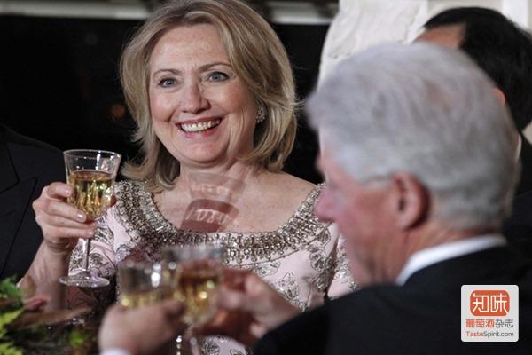 美国国务卿希拉里·克林顿和丈夫美国前总统比尔·克林顿在白宫宴会上