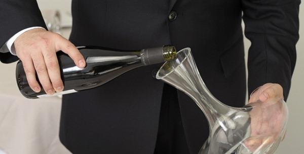 醒酒器和滗酒器的正确使用方法,图片来源:FOOD-pictures / Fotolia