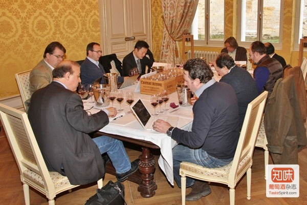 记者团在欧颂酒庄(Château Ausone)的品酒室品鉴2008和2009两个年份的酒
