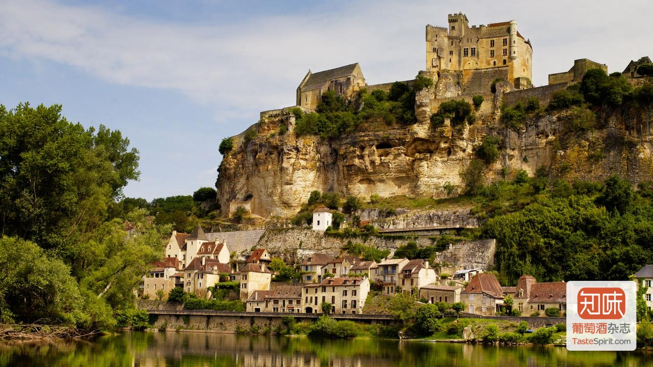 古老的贝纳克城堡(Château de Beynac)就建在多尔多涅河上Beynac-et-Cazenac小镇,图片来源:Andrew Montgomery, BBC Travel