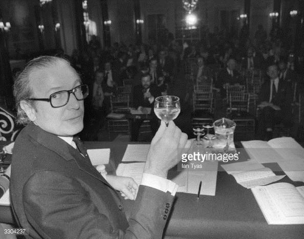 1974年,老爷子正在为佳士得第198届葡萄酒拍卖会祝酒(从1766年第一场开始算),那时候的酒杯还和今天的很不一样。