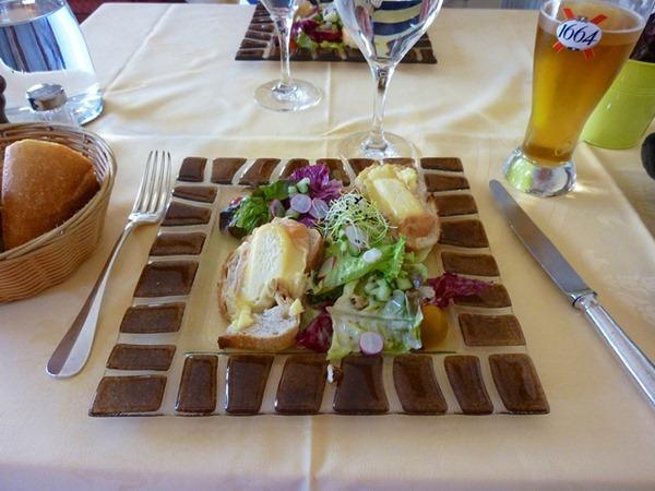 作为前菜出现的融化埃波瓦斯(Epoisse)奶酪搭配色拉  图片来源:Kentishman