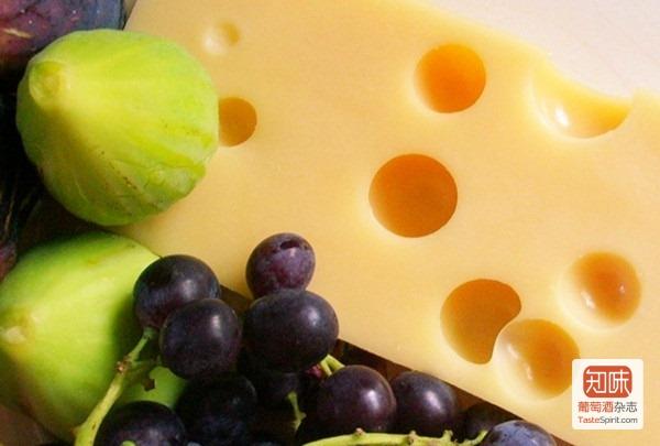 """压缩成熟奶酪最具特色的""""奶酪眼"""" 图片来源:chez loulou"""