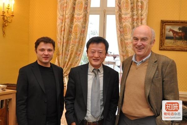 笔者和欧颂酒庄(Château Ausone)的庄主阿兰· 维奥提尔(Alain Vauthier,右)和酿酒师Philippe Baillarguet