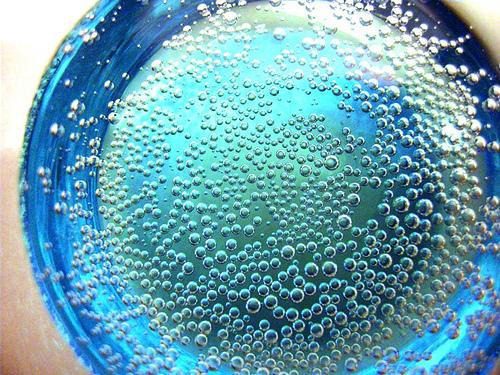 室温会让气泡酒里的泡沫快速散去,但不是任何时候都要避免这么做,图片来源:sarah_lincoln