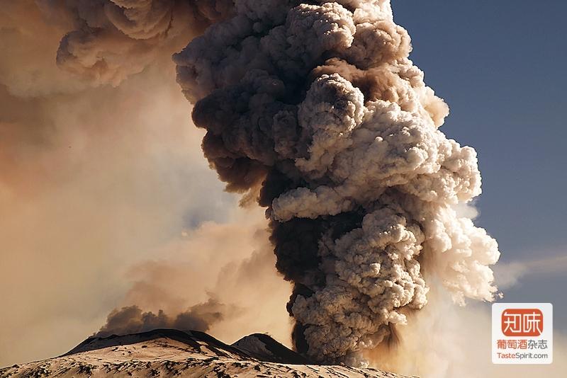 喷发中的Enta火山,图片来源:roberto_86@flickr
