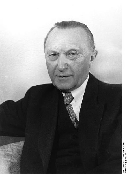 拉德·赫尔曼·约瑟夫·阿登纳(Konrad Hermann Joseph Adenauer),德国联邦第一任总理。他最大的贡献之一,就是修复了德国与法国等盟国的关系。