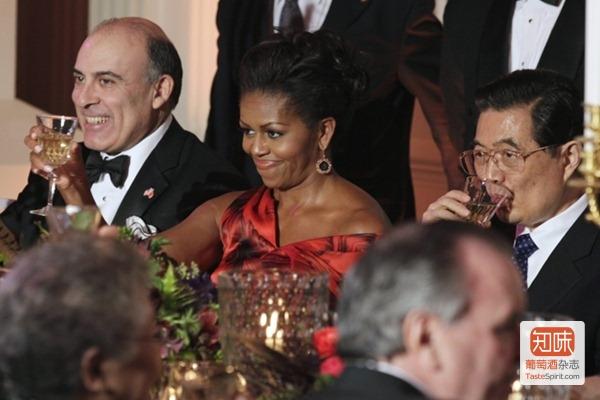 美国第一夫人米歇尔·奥巴马在欢迎胡锦涛主席举办的白宫国宴上敬酒