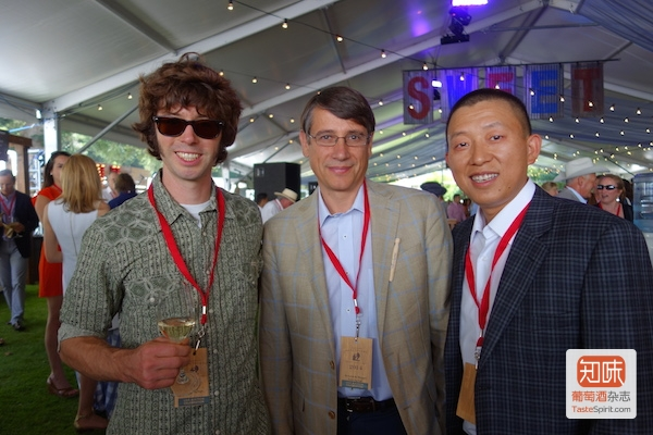 从左至右:首席酿酒师尼克•吉斯拉森(Nick Gislason),酒庄总经理阿曼德•梅格雷(Armand de Maigret)以及知味记者李东,图片来源:李东
