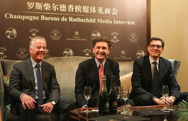 香槟首席执行总裁弗雷德里克·迈雷斯(Frédéric Mairesse,左),菲利普·罗斯柴尔德男爵(Philippe Sereys de Rothschild,中),拉菲集团出口总监米歇尔·内格里耶(Michel Négrier,右)