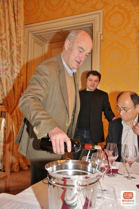 欧颂酒庄(Château Ausone)的老庄主阿兰· 维奥提尔(Alain Vauthier)接待记者团品酒