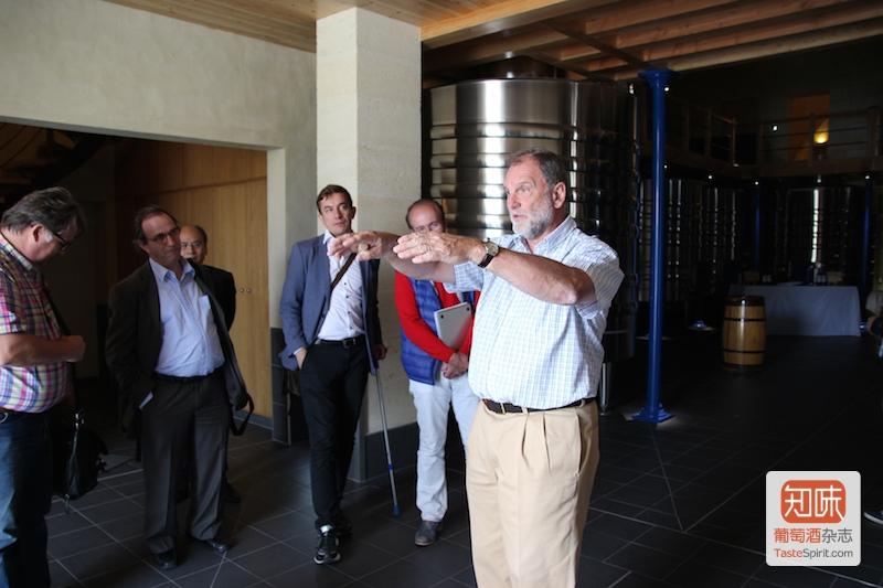 约翰·科拉萨(正中)正在给记者团讲解,图片来源:酒心凌子/知味葡萄酒杂志