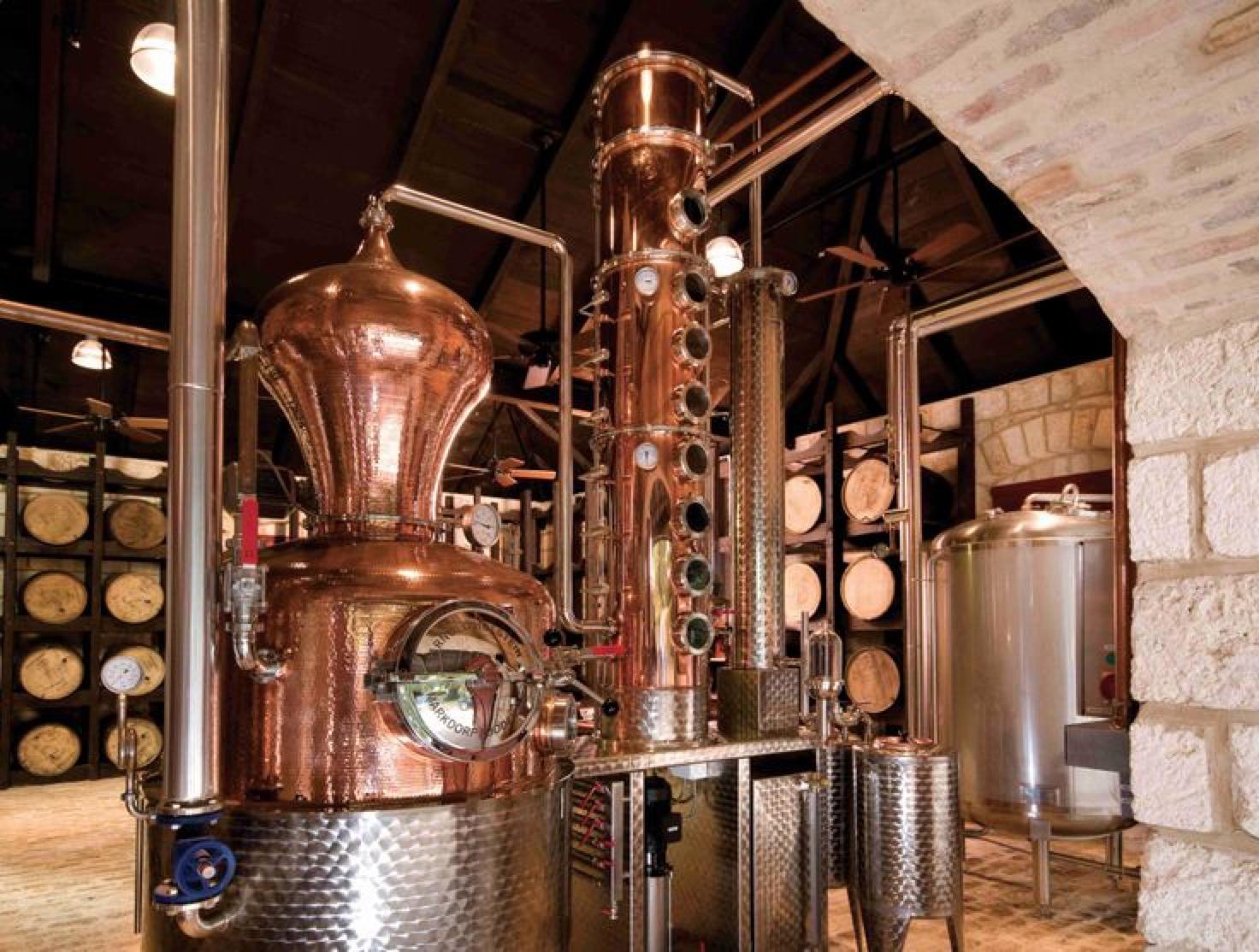 作为蒸馏烈酒,朗姆酒可以使用多种蒸馏方式