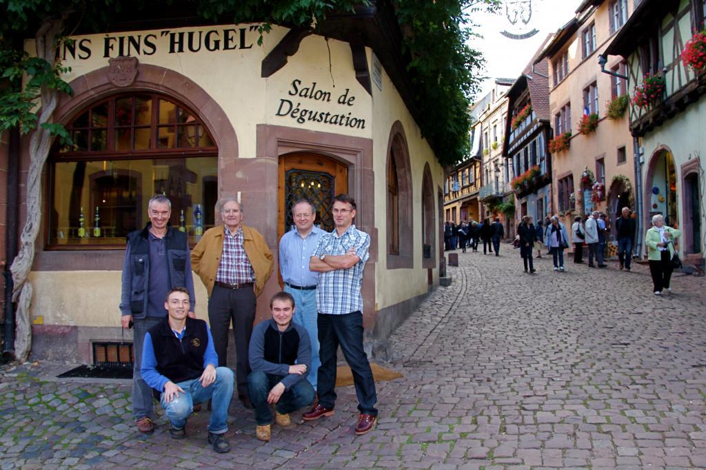 前排让-弗雷德里克、马克-安德烈两兄弟,摄于镇中品酒屋前