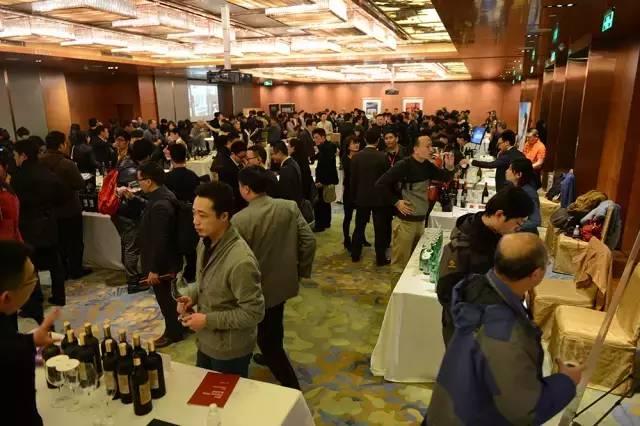 近500位上海葡萄酒业内人士和爱好者前来品鉴