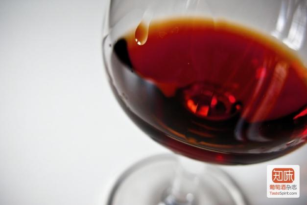 内比奥罗(Nebbiolo)的浅色让它很容易在杯子里被认出来