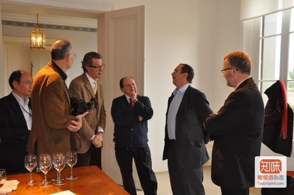 酒评家贝尔纳·布尔奇带队的记者团在跟克里斯蒂安·莫艾克斯交流
