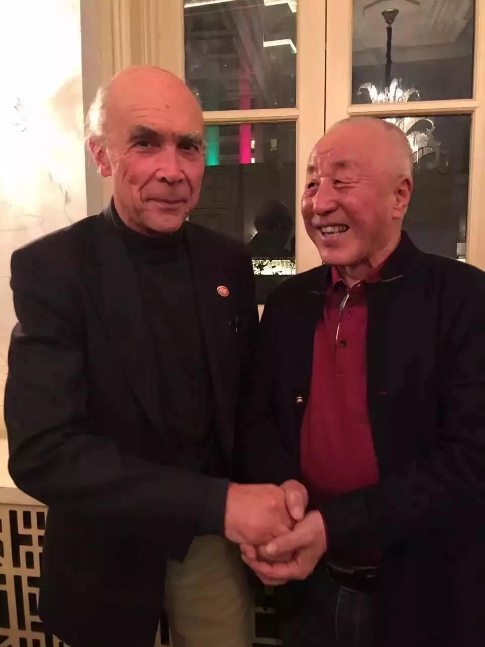 奥贝尔·德维兰先生与宁夏精品葡萄酒先驱王奉玉先生合影