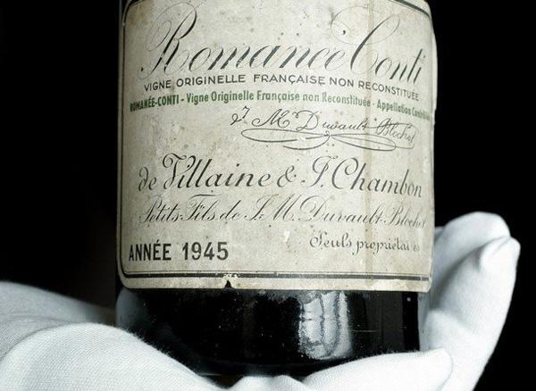 一瓶极为珍惜的1945年份罗曼尼康帝,这个年份仅仅出产的608瓶,而且是酒庄最后一个还用没有经过嫁接的古老葡萄藤酿酒的年份