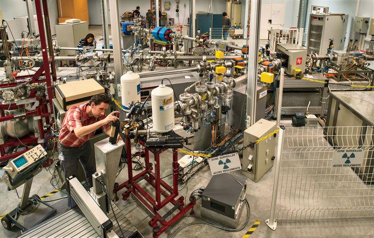波尔多大学的工作人员在对一瓶老酒进行碳14监测