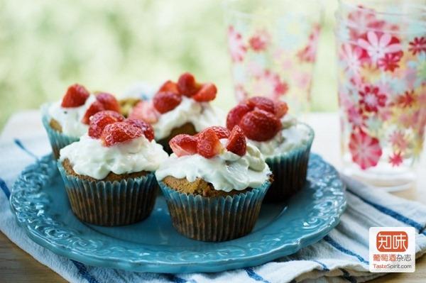 用新鲜奶酪和草莓装点的松饼(muffin)
