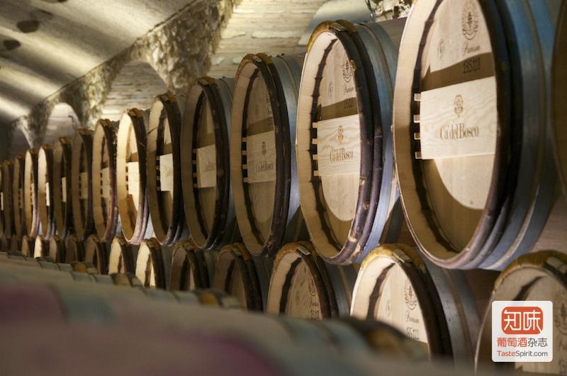 橡木桶中陈年的基酒,图片来源:Faye Cardwell @ Ca' Del Bosco