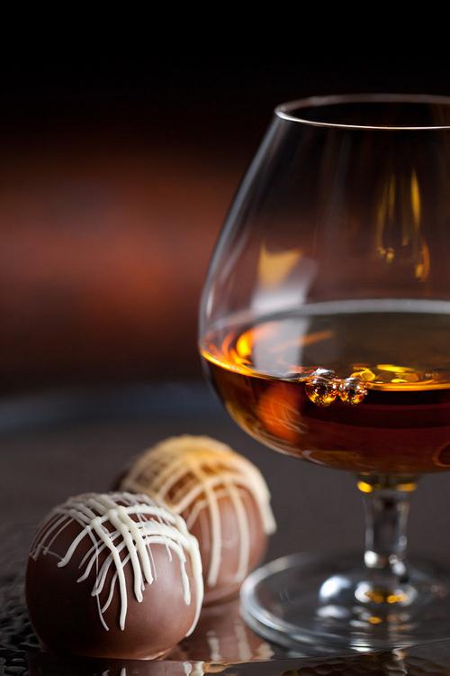 除了味道,干邑和巧克力的色觉搭配亦不失为一种视觉享受,图片来源:materialsleuth