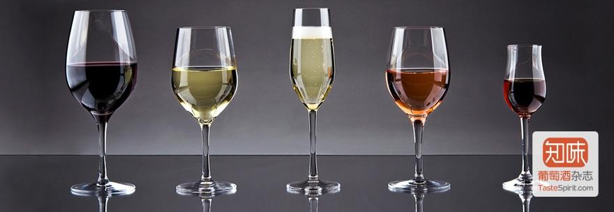 从左至右:红葡萄酒杯,白葡萄酒杯,笛形的起泡酒杯,装了桃红的白葡萄酒杯,强化酒杯
