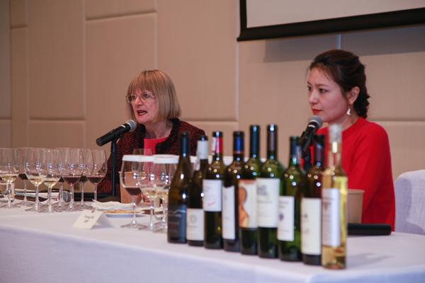 杰西斯·罗宾逊与知味葡萄酒教育总监施晔