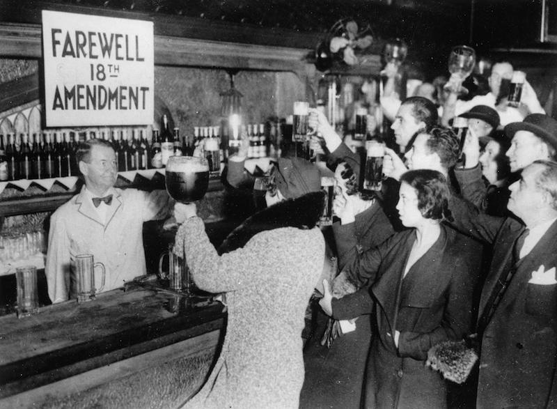 1933年,宪法第18项修正案遭到废除,美国各地人民举杯欢庆