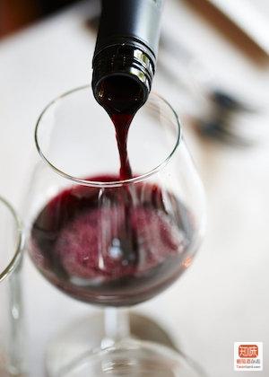 不少澳洲酒庄会用旋塞封装值得陈年的葡萄酒